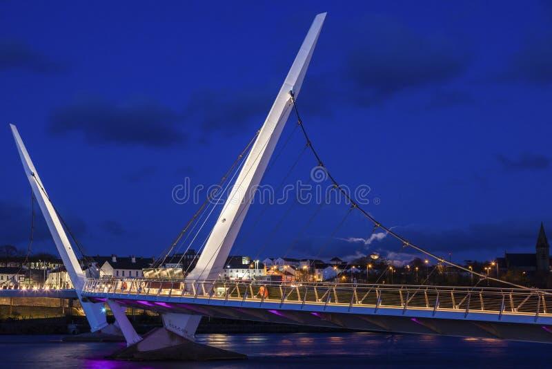Pleine lune se levant par le pont de paix dans Derry photo libre de droits
