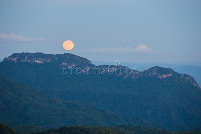 Pleine lune superbe avec la montagne chez Khao Kho, Thaïlande 14 novembre image libre de droits