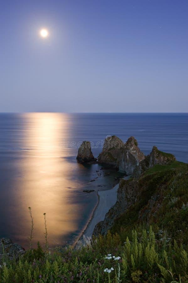 Pleine lune sur des roches du cap quatre image stock
