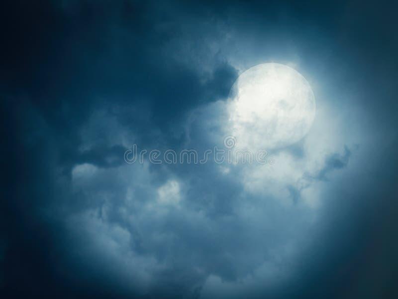 Pleine lune sur un ciel nuageux photos stock