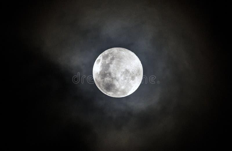 Pleine lune une nuit brumeuse image stock