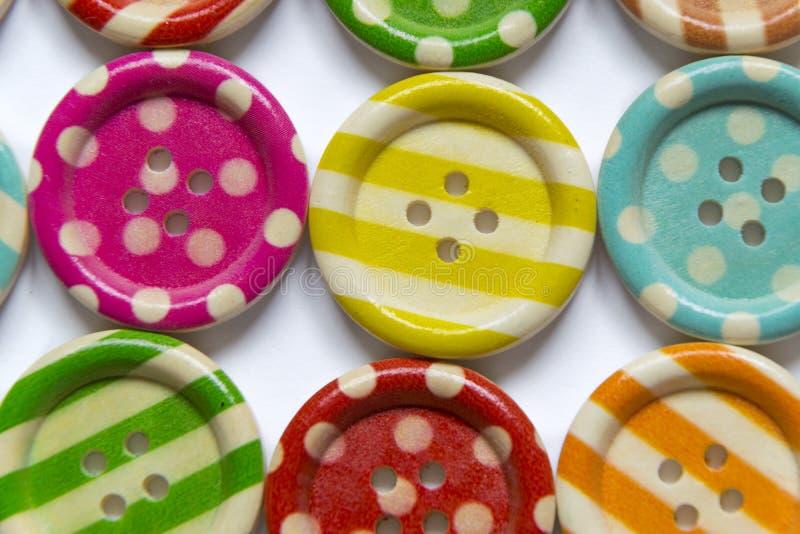 Pleine photo de cadre de divers boutons de couture colorés sur le fond blanc photos libres de droits