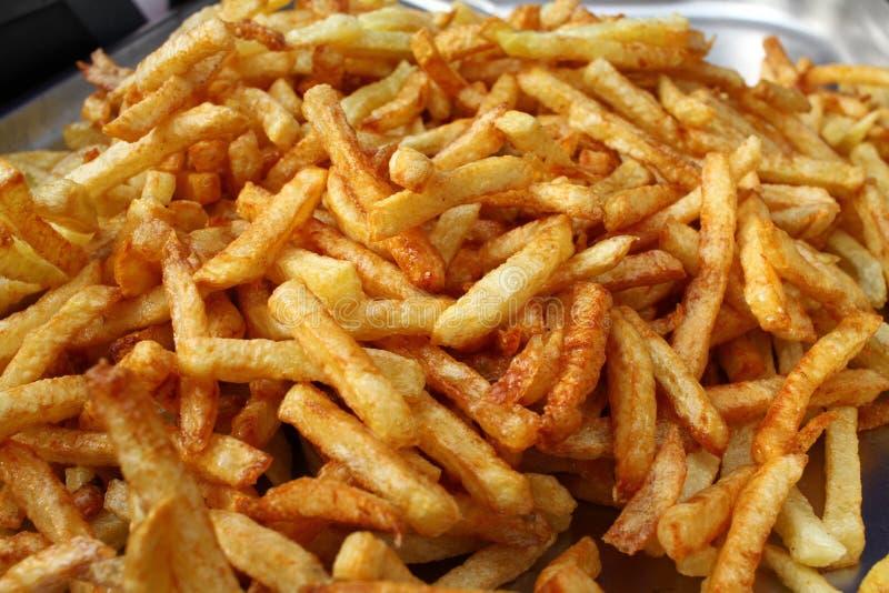 Pleine photo de cadre de pommes frites savoureuses Grosses pommes frites huilées Le massacre de régime a fait frire des pommes de image stock