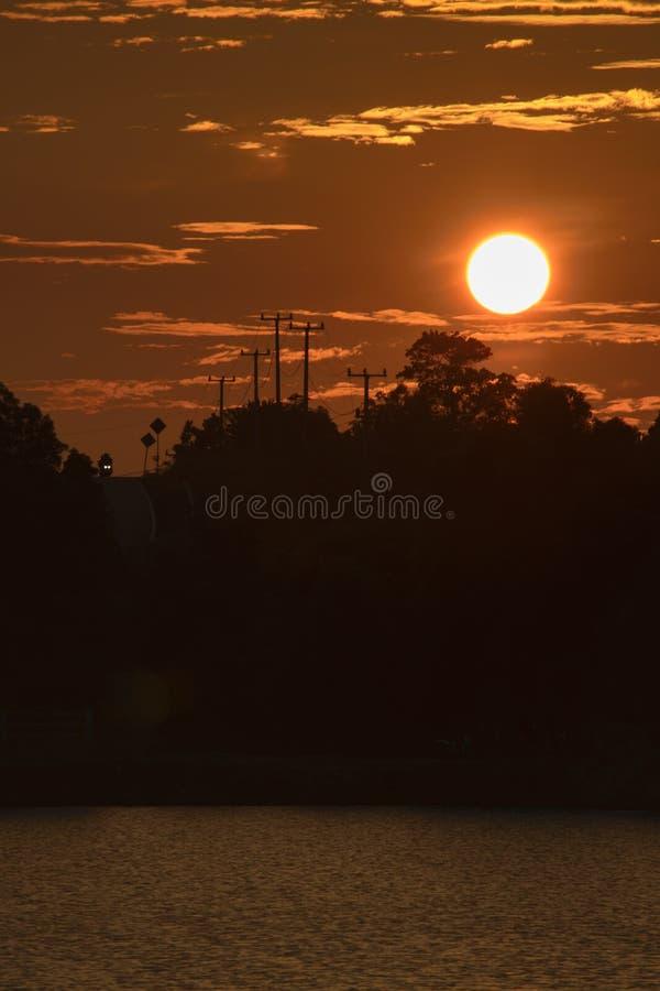 Pleine silhouette de coucher du soleil photographie stock libre de droits