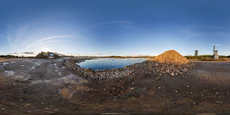 Pleine vue d'angle sans couture du panorama 360 près de la carrière inondée avec de l'eau pour l'exploitation d'extraction de sab photos stock