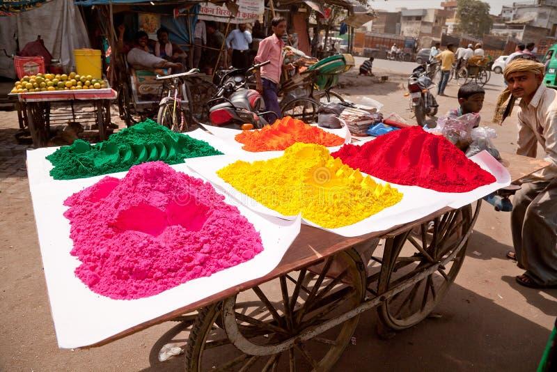Pleines couleurs de couleur heureuse indienne d'homme de holi images stock