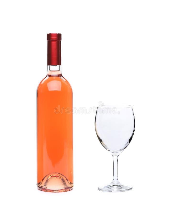 Pleins bouteille de vin rose et gobelet en verre photos stock