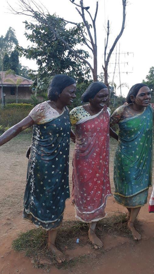 Plemienne kobiety rzeźbią tana przy Plemiennym muzeum w Arak dolinie zdjęcia royalty free