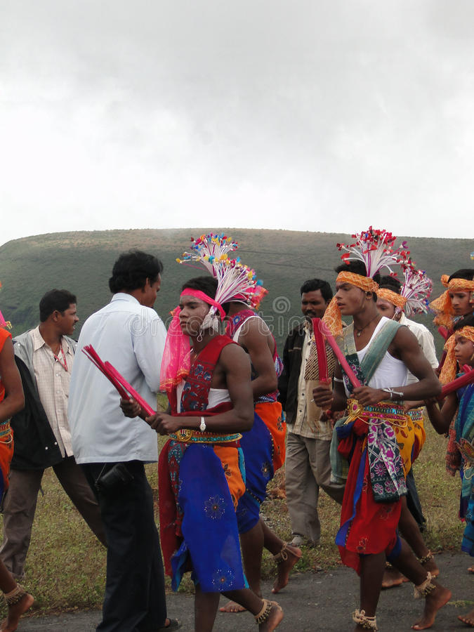 Plemienni tancerze świętują lokalnego festiwal obrazy royalty free