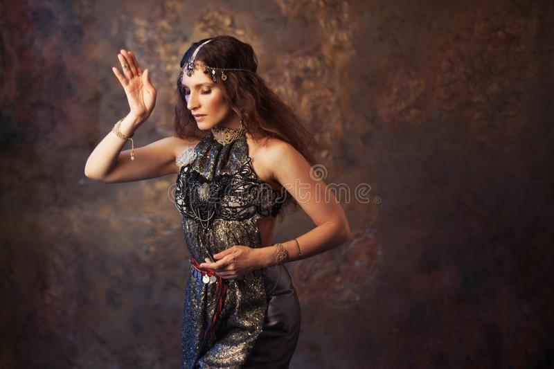 Plemienny tancerz, piękna kobieta w etnicznym stylu na textured tle zdjęcia stock