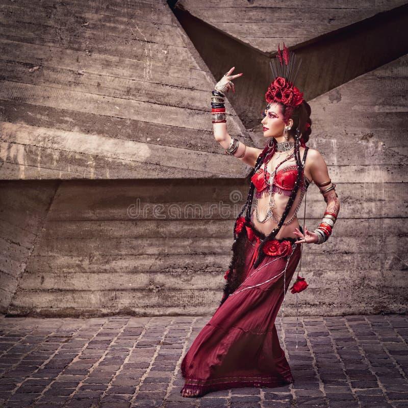 Plemienny tancerza chodzenie, taniec i outdoors obraz stock