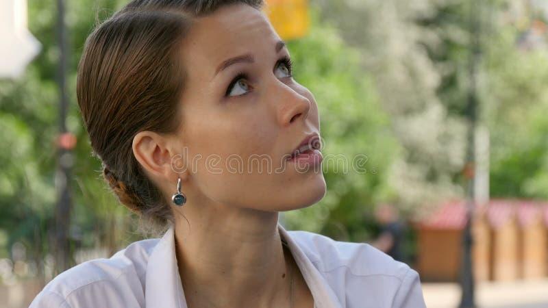 Plenerowa cukierniana scena z kelnerką bierze rozkaz obraz stock