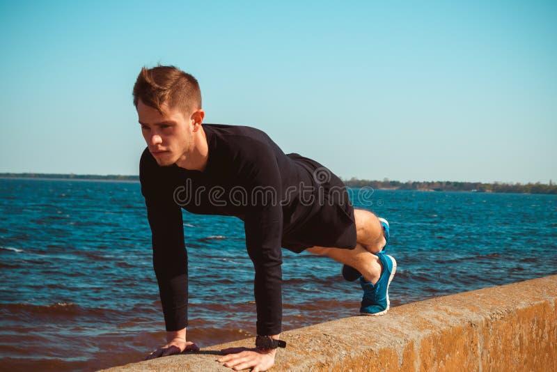 Plenerowa fotografia zdecydowany sportive mężczyzna obraz stock