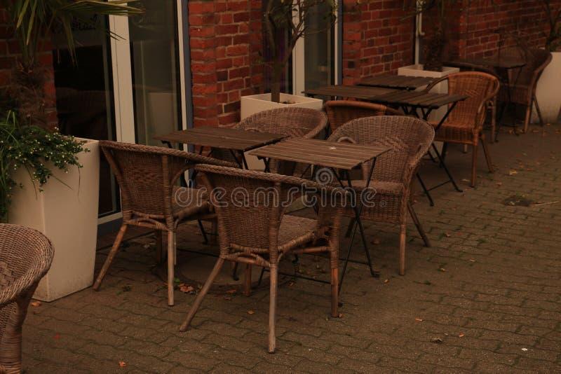 Plenerowa kawiarnia z łozinowymi krzesłami zdjęcie royalty free