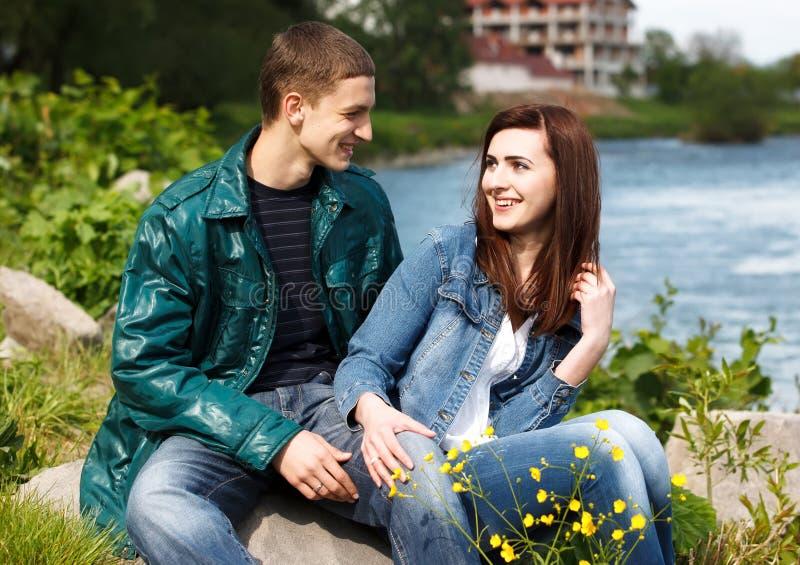Plenerowa młoda nastoletnia para fotografia royalty free
