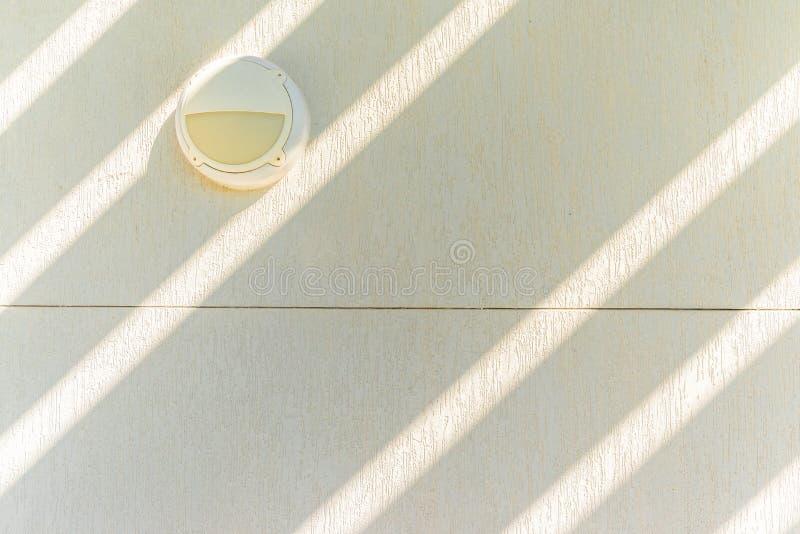 Plenerowa oprawa oświetleniowa na textured biel ścianie, Abu Dhabi zdjęcia royalty free