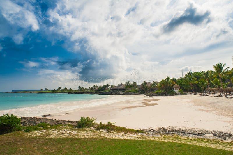Plenerowa restauracja przy plażą. Kawiarnia na plaży, oceanie i niebie. Stołowy położenie przy tropikalną plażową restauracją. Rep obraz royalty free