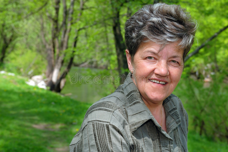 Plenerowa szczęśliwa dojrzała kobieta fotografia royalty free
