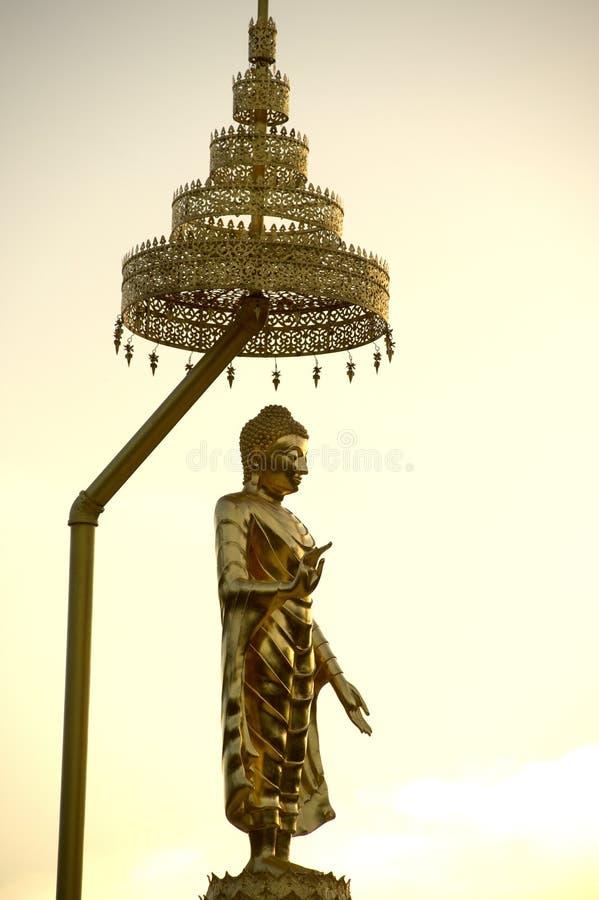 Plenerowa złota trwanie Buddha statua przy Wata Pha Sorn Kaew świątynią obraz stock