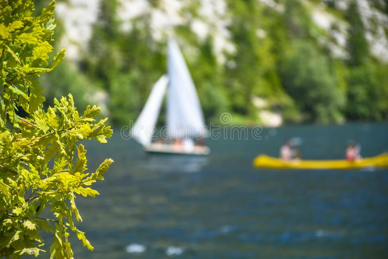 Plenerowe żeglowania i paddling aktywność na pięknym halnym jeziorze zdjęcie royalty free