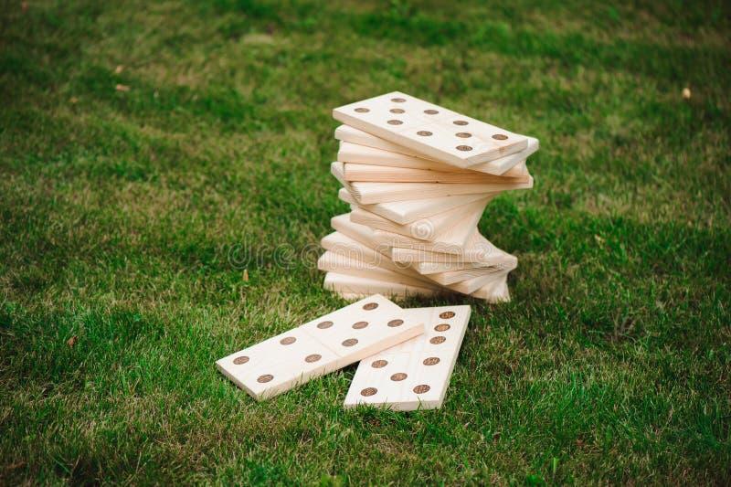Plenerowe gry - domina, gigantyczna plenerowa gra na zielonej trawie zdjęcie royalty free