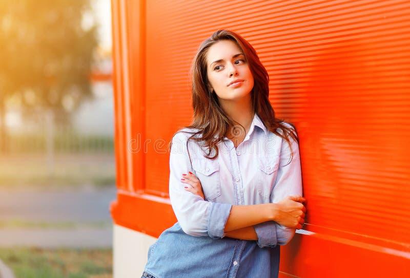Plenerowego portreta ładna kobieta przeciw kolorowej ścianie obrazy royalty free