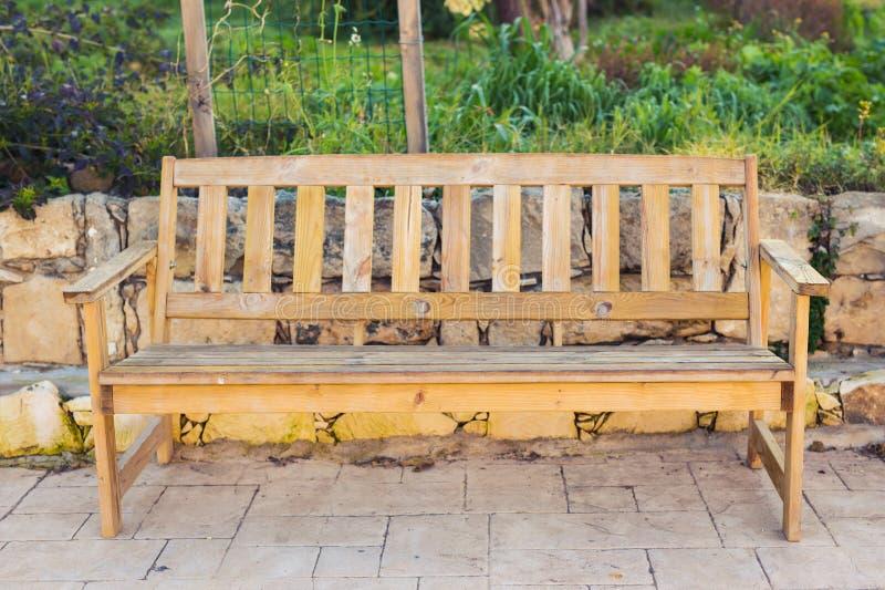Plenerowej natury drewniana ławka w zen ogródu stylu zdjęcie royalty free