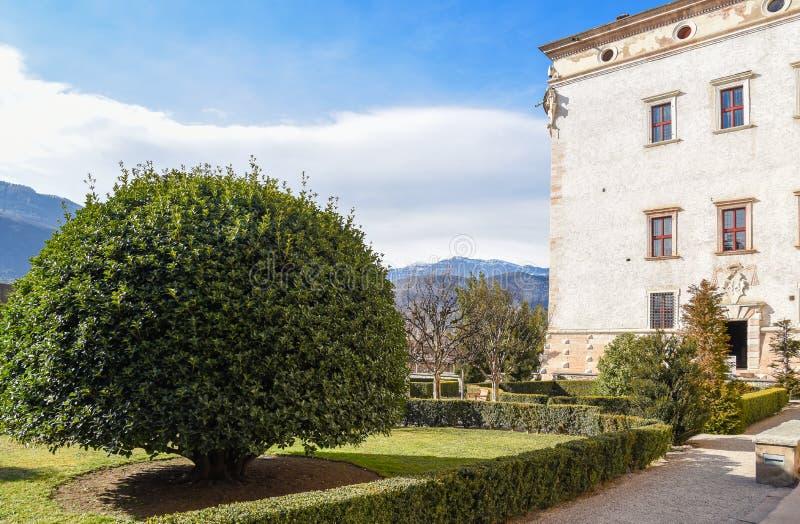 Plenerowi ogródy majestatyczny kasztel Buonconsiglio w sercu miasta Trento górują w Trentino Altowy Adige, Ital zdjęcia royalty free