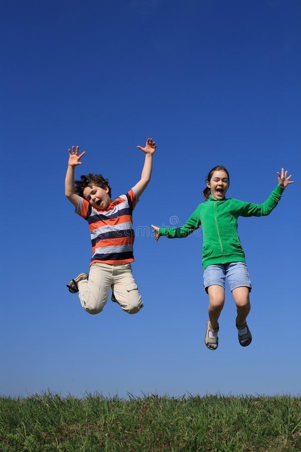Download Plenerowi Skokowi Dzieciaki Zdjęcie Stock - Obraz: 9087810