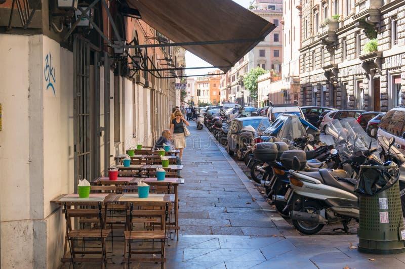 Plenerowi stoły ustawiają dla klientów w restauracji w Rzym obrazy royalty free