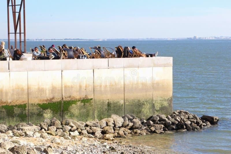Plenerowi tarasowi ludzie Tagus rzecznego rocznika, Lisbon fotografia royalty free