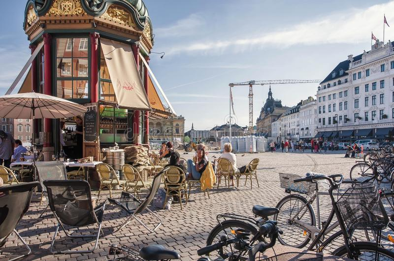 Plenerowy bar duński kapitał z dziejowymi budynkami w perspektywie zdjęcia stock