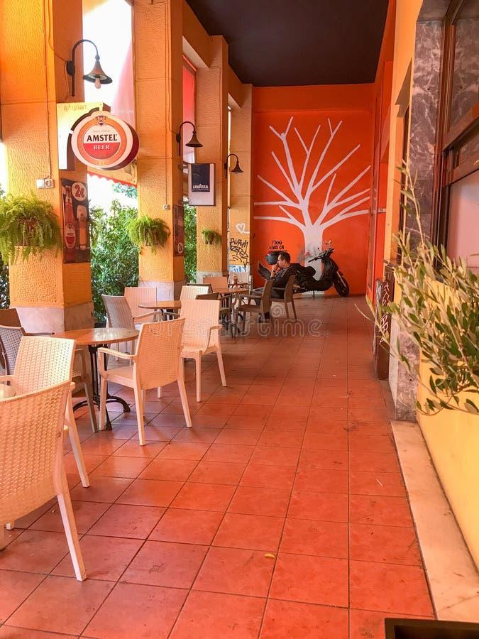 Plenerowy bar przy Exarchion hotelem na Exarchia kwadracie, Ateny, Greec zdjęcia stock