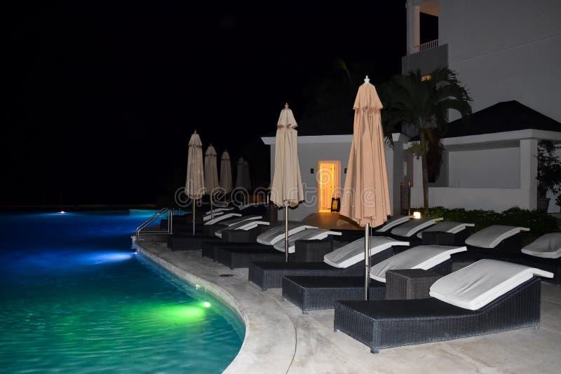Plenerowy basen przy nocą przy tropikalnym kurortem obraz royalty free