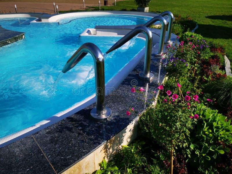 Plenerowy basen z termiczn? wod? i hydromassage obraz stock