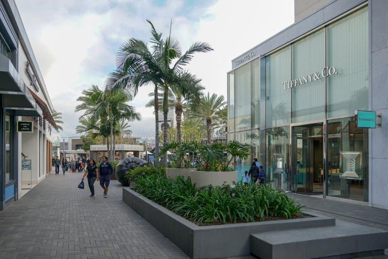Plenerowy centrum handlowe z drogimi łańcuszkowymi detalistami, kino, restauracje zdjęcie royalty free