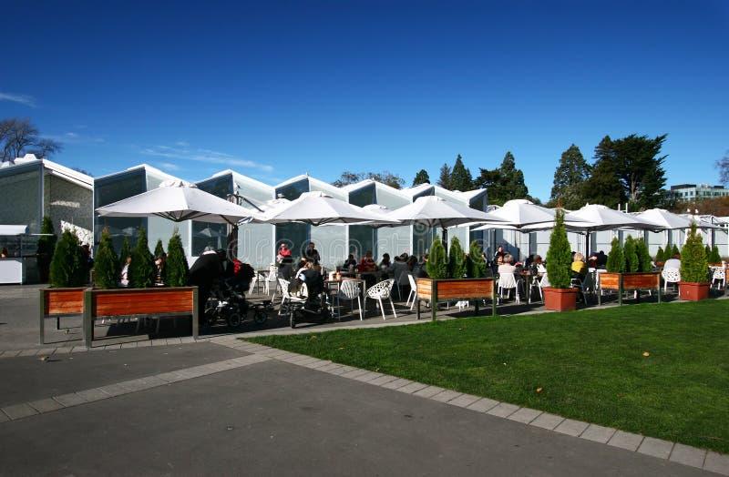 Plenerowy cukierniany ostrokrzewu miejsca siedzące teren z ludźmi przy Christchurch ogródów botanicznych gościa Centre centrum, P obrazy stock