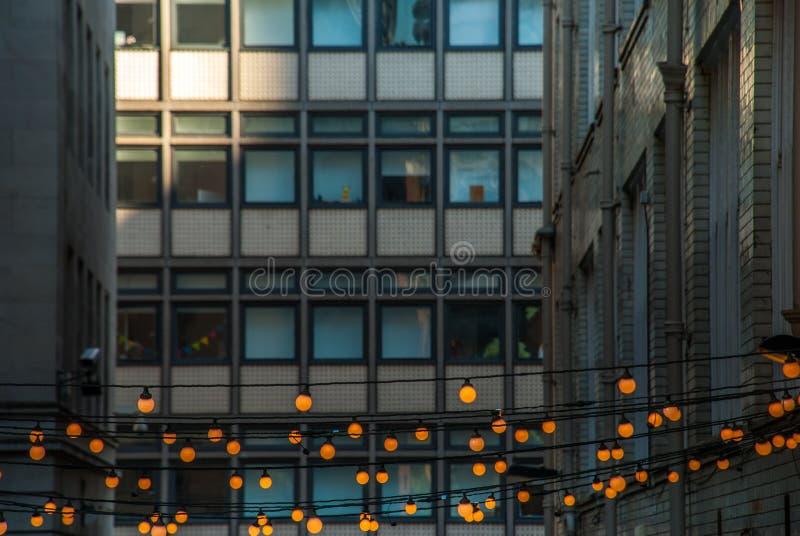 Plenerowy dekoracyjny sznurek zaświeca obwieszenie przed budynkiem w wieczór fotografia royalty free