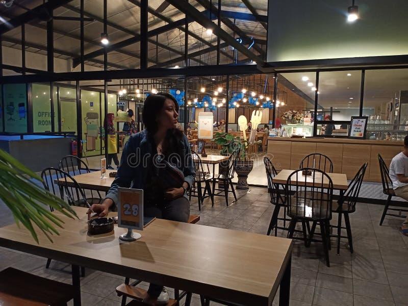 Plenerowy dymienie terenu kawiarni sklep z kawą obrazy stock