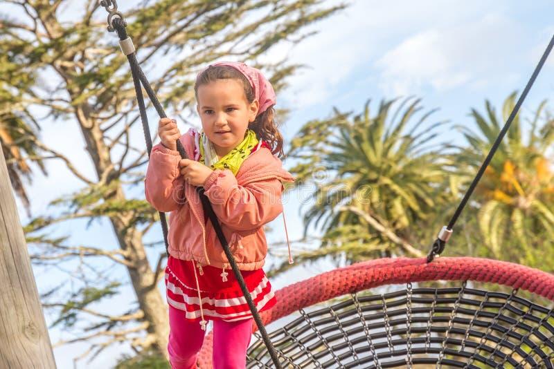 plenerowy dziecko dziewczyny portret cieszy się jej czas na boisku zdjęcia royalty free