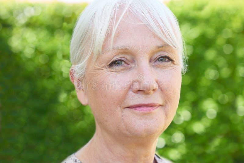 Plenerowy Kierowniczy I ramiona portret Poważna Starsza kobieta obrazy stock