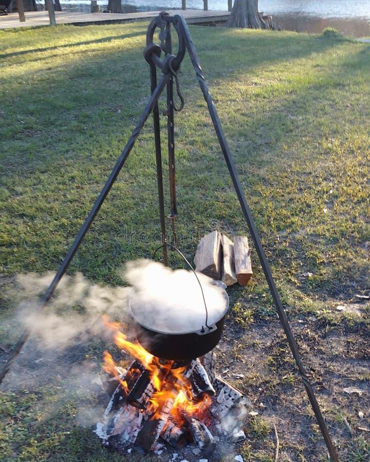 Plenerowy kucharstwo na rzece fotografia stock