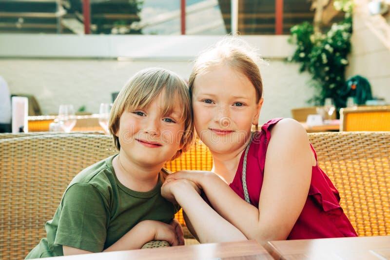 Plenerowy lato portret dwa śmiesznego dzieciaka fotografia stock