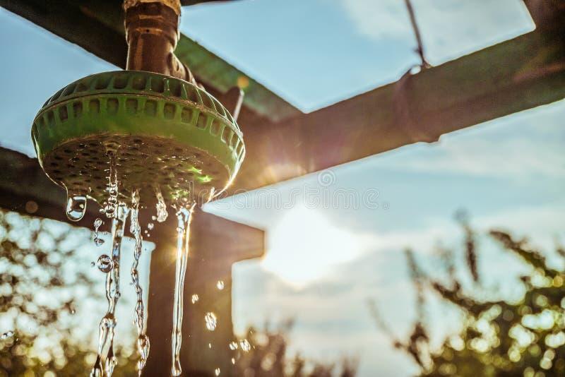 Plenerowy lato prysznic zbliżenie z ciurkanie wodą fotografia stock