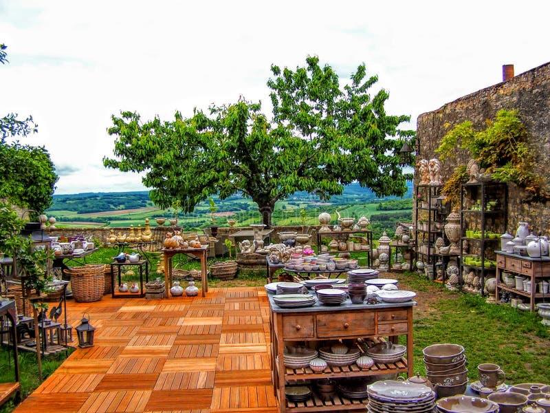 Plenerowy Mieszkaniowy Kuchenny Francja z winnicą i drzewa w tle obrazy royalty free