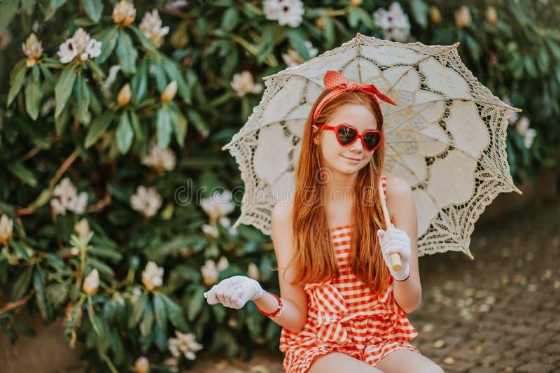 Plenerowy moda portret śliczna preteen dziewczyna obraz stock
