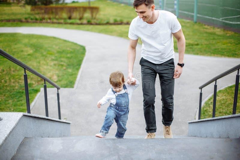 Plenerowy odprowadzenie ojciec, córka i dziecka i tata spacer w lecie zdjęcia royalty free