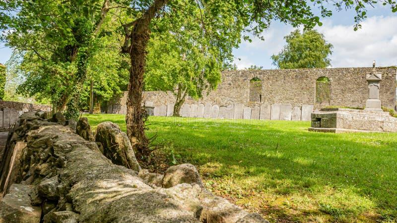 Plenerowy ogród cmentarza opactwo z zieloną trawą w wiosce Athlone obraz royalty free