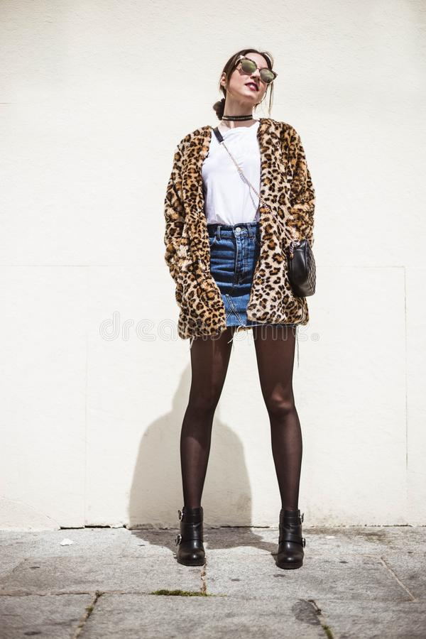 Plenerowy pełny ciało mody portret jest ubranym modnego zwierzęcia modna kobieta, lamparta druku faux futerkowy żakiet, drelich s fotografia royalty free
