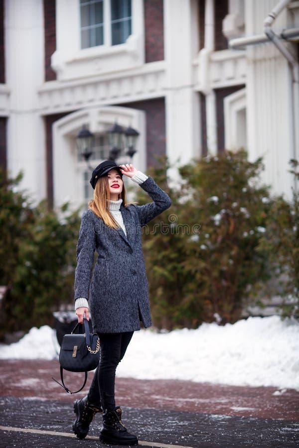 Plenerowy pełny ciało portret młoda piękna modna kobieta jest ubranym modną nakrętkę Elegancki odzieżowy i akcesoria wzorcowy odp obraz royalty free